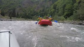 Πεπειραμένη rafting ομάδα που αντιμετωπίζει την επικίνδυνη πρόκληση της φύσης, ακραίος αθλητισμός απόθεμα βίντεο