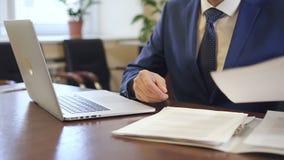 Πεπειραμένος δικηγόρος που εργάζεται στο έγγραφο στο άνετο γραφείο απόθεμα βίντεο