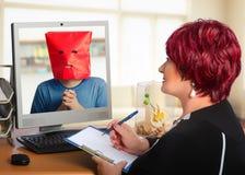Πεπειραμένος ψυχοθεραπευτής που εργάζεται on-line με τον ντροπαλό τύπο στοκ εικόνα με δικαίωμα ελεύθερης χρήσης