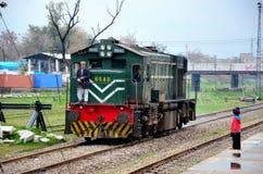 Περάσματα κινητήριων μηχανών σιδηροδρόμων του Πακιστάν ως μικρά ρολόγια παιδιών Στοκ Εικόνες