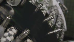 Περάσματα λαστιχένιων ζωνών μέσω της μακροεντολής μηχανών τροχών άλεσης απόθεμα βίντεο