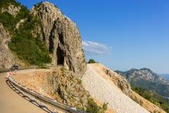 Περάσματα δρόμων με πολλ'ες στροφές βουνών μέσω του βράχου στοκ εικόνες