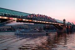 Περάσματα σκαφών εξόρμησης τουριστών κάτω από τη γέφυρα πέρα από τον ποταμό της Μόσχας Στοκ Φωτογραφίες
