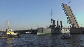 Περάσματα ταχύπλοων σκαφών αυγής κάτω από drawbridge Troitsky έκτασης γεφυρών 4K απόθεμα βίντεο