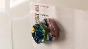 Περάσματα τροφής με το μαγνήτη ψυγείων Στοκ Φωτογραφία