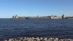 Περάσματα φορτηγών πλοίων στον ποταμό Neva στο φρούριο Oreshek Shlisselburg απόθεμα βίντεο