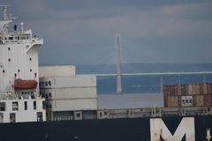 Περάσματα Severn ναυλωτών που διασχίζουν τη γέφυρα Στοκ εικόνα με δικαίωμα ελεύθερης χρήσης