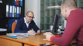 Περάσώντας από συνέντευξη για μια εργασία στο γραφείο Το άτομο ήρθε να πάρει μια εργασία και επικοινωνεί με τον αντιπρόσωπο του ε απόθεμα βίντεο