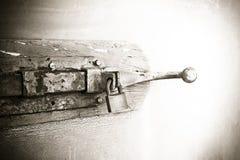 Περάτωση μιας παλαιάς ξύλινης πόρτας - εικόνα έννοιας ασφάλειας Στοκ Φωτογραφία