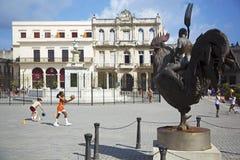 Περίεργα άγαλμα και παιδιά που παίζουν σε Plaza Vieja Στοκ Εικόνα