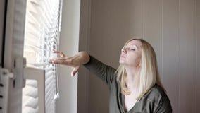 Περίεργη νέα κατασκόπευση γυναικών, που κρυφοκοιτάζει μέσω των τυφλών στο σπίτι της απόθεμα βίντεο