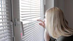 Περίεργη νέα κατασκόπευση γυναικών, που κρυφοκοιτάζει μέσω των τυφλών στο σπίτι της φιλμ μικρού μήκους