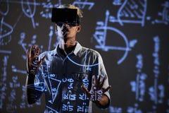 Περίεργος σπουδαστής που προσέχει το εκπαιδευτικό βίντεο στα μαθηματικά στοκ φωτογραφία με δικαίωμα ελεύθερης χρήσης