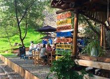 Περίεργος υπαίθριος καφές Cuenca, Ισημερινός στοκ φωτογραφίες