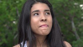 Περίεργο και ευτυχές κορίτσι εφήβων απόθεμα βίντεο