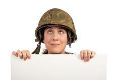 περίεργο κορίτσι που ανατρέχει στρατιώτης Στοκ Εικόνες