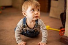 Περίεργο μωρό που εξερευνά το σπίτι Στοκ φωτογραφία με δικαίωμα ελεύθερης χρήσης