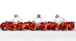 Περίκομψα μπιχλιμπίδια Χριστουγέννων μεταλλινών άσπρα και κόκκινα Στοκ Φωτογραφία