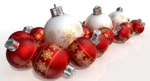 Περίκομψα μπιχλιμπίδια Χριστουγέννων μεταλλινών άσπρα και κόκκινα Στοκ Εικόνες