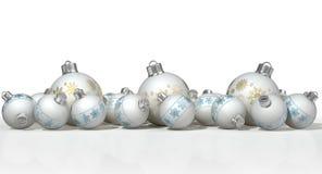 Περίκομψα μπιχλιμπίδια Χριστουγέννων μεταλλινών άσπρα Στοκ εικόνα με δικαίωμα ελεύθερης χρήσης