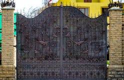 Περίκομψα στοιχεία επεξεργασμένος-σιδήρου της διακόσμησης πυλών μετάλλων Στοκ Εικόνες