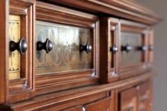 Περίκομψες λαβές στο ξύλινο γραφείο Στοκ Εικόνες