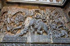 Περίκομψες ανακουφίσεις επιτροπής τοίχων που απεικονίζουν από αριστερό Garuda που φέρνει Vishnu, Λόρδος Indra και Indrani στον ελ στοκ φωτογραφία με δικαίωμα ελεύθερης χρήσης