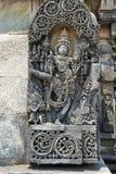 Περίκομψες ανακουφίσεις επιτροπής τοίχων που απεικονίζουν Vishnu ως Trivikrama Ranganayaki, Andal, ναός, ναός Chennakesava σύνθετ στοκ εικόνες