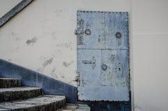 Περίκομψη πόρτα μετάλλων Στοκ φωτογραφία με δικαίωμα ελεύθερης χρήσης