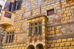 Περίκομψος μεσαιωνικός τοίχος ενός κάστρου οικοδόμησης στην πόλη Δημοκρατίας της Τσεχίας Cesky Krumlov Στοκ φωτογραφία με δικαίωμα ελεύθερης χρήσης