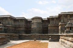 Περίκομψος ναός Hoysaleshwara ανακούφισης επιτροπής τοίχων στοκ εικόνα