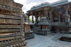 Περίκομψος τοίχος Friezes και Nandi Mamdapa στο δικαίωμα, ναός Hoysaleshwara, Halebidu, Karnataka Άποψη από το νοτιοδυτικό σημείο στοκ εικόνες