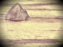 Περίληψη Άποψη λεπτομέρειας σε έναν πάγο με τις βαθιές γρατσουνιές και τις ρωγμές Επιπλέων πάγος περικοπών ενάντια στο λαμπτήρα Στοκ Εικόνα