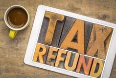 Περίληψη λέξης επιστροφής φόρου στον ξύλινο τύπο στοκ εικόνες