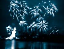 Περίληψη, μουτζουρωμένος, ζωηρόχρωμη φωτογραφία bokeh-ύφους των πυροτεχνημάτων σε έναν μπλε τόνο Στοκ φωτογραφία με δικαίωμα ελεύθερης χρήσης