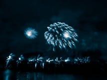 Περίληψη, μουτζουρωμένος, ζωηρόχρωμη φωτογραφία bokeh-ύφους των πυροτεχνημάτων σε έναν μπλε τόνο Στοκ εικόνες με δικαίωμα ελεύθερης χρήσης