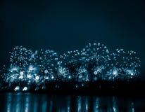 Περίληψη, μουτζουρωμένος, ζωηρόχρωμη φωτογραφία bokeh-ύφους των πυροτεχνημάτων σε έναν μπλε τόνο Στοκ Φωτογραφία