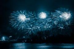 Περίληψη, μουτζουρωμένος, ζωηρόχρωμη φωτογραφία bokeh-ύφους των πυροτεχνημάτων σε έναν μπλε τόνο Στοκ Φωτογραφίες