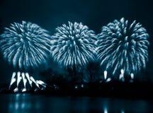 Περίληψη, μουτζουρωμένος, ζωηρόχρωμη φωτογραφία bokeh-ύφους των πυροτεχνημάτων σε έναν μπλε τόνο Στοκ φωτογραφίες με δικαίωμα ελεύθερης χρήσης