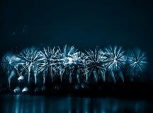 Περίληψη, μουτζουρωμένος, ζωηρόχρωμη φωτογραφία bokeh-ύφους των πυροτεχνημάτων σε έναν μπλε τόνο Στοκ Εικόνα