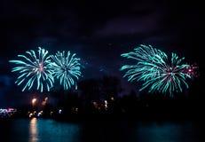 Περίληψη, μουτζουρωμένος, ζωηρόχρωμη φωτογραφία bokeh-ύφους των πυροτεχνημάτων σε έναν μπλε τόνο Στοκ Εικόνες