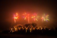 Περίληψη, μουτζουρωμένος, ζωηρόχρωμη φωτογραφία bokeh-ύφους των πυροτεχνημάτων σε έναν κόκκινο τόνο Στοκ φωτογραφίες με δικαίωμα ελεύθερης χρήσης