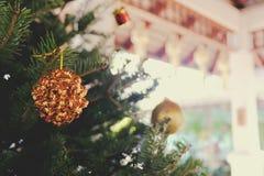 Περίληψη που θολώνεται του υποβάθρου χριστουγεννιάτικων δέντρων bokeh Νέο CE έτους Στοκ φωτογραφία με δικαίωμα ελεύθερης χρήσης