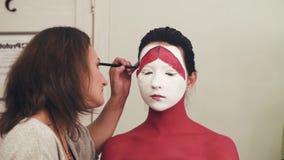 Περίληψη σχεδίων καλλιτεχνών Makeup στο πρότυπο πρόσωπο ` s απόθεμα βίντεο