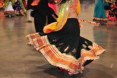 Περίληψη του χορεύοντας κοριτσιού στη δράση, ζωηρόχρωμο κοστούμι με την επίδραση κινήσεων στοκ φωτογραφίες
