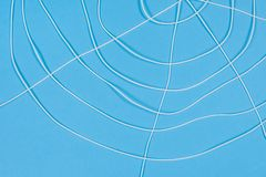 Περίληψη spiderweb, άσπρα νήματα στο μπλε υπόβαθρο Στοκ εικόνα με δικαίωμα ελεύθερης χρήσης