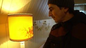 Περίλυπο άτομο Opressed στην κατάθλιψη που μεταστρέφει nurvously ένα φως στο λαμπτήρα, απελπισίας απόγνωσης απόθεμα βίντεο