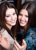 Περίοδος επικοινωνίας φωτογραφιών κοριτσιών στο εμπορικό κέντρο Στοκ φωτογραφία με δικαίωμα ελεύθερης χρήσης