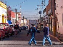 Περίπατοι ανθρώπων στη μεξικάνικη οδό, Πουέμπλα στοκ εικόνα με δικαίωμα ελεύθερης χρήσης