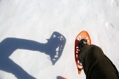 Περίπατοι ατόμων με τα κοτλέ εσώρουχα με τα πλέγματα σχήματος ρακέτας στο άσπρο χιόνι Στοκ φωτογραφίες με δικαίωμα ελεύθερης χρήσης